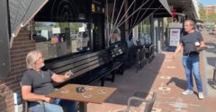 Amikor egy korsó sört rendelsz a karantén alatt. (Betartották a távolságot)