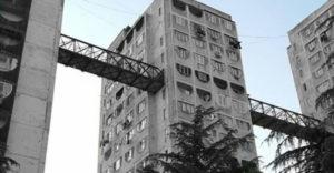 Miért építettek Tbilisziben hidakat a panelházak közé?