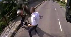 Leugrott a miskolci buszról a sofőr, hogy elkergessen egy idős nénire támadó rablót