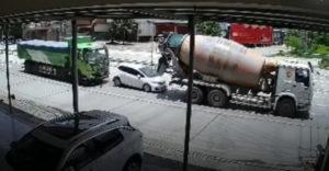 A teherautó és a betonkeverő úgy összegyűrték a személyautót, mint a papírt. Az utasok csodával határos módon túlélték