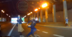 A figyelmetlen rendőr egy leesett pénztárca miatt veszélyeztette a közlekedés biztonságát
