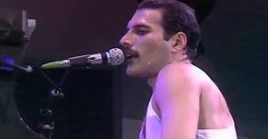 A Queen We Are The Champions c. slágeréből eltávolították a zenét. Az eredmény még jobban megmutatja Freddie tehetségét