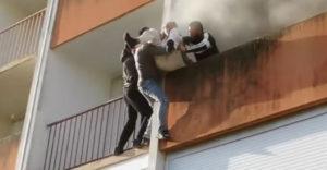 Egy csapat fiatal férfi mentette ki az idős bácsit az égő lakásból