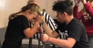 A kislány megmutatta, hogy ki a szkander bajnoka