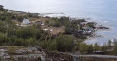 A rajta álló házakkal együtt vitt el a víz egy 600 méteres partszakaszt (Norvégia)