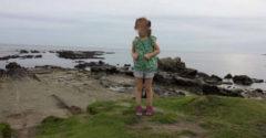 A férfi fotót készített kislányáról a tengerparton. Miután alaposan megnézte a fotót, egy fura részletre lett figyelmes