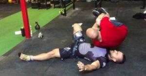 Egy kézzel emelte ki a 95 kilós haverját