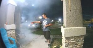 Az éppen a házuk előtt sétáló férfi eloltotta a bejárati ajtó előtt lobogó tüzet