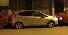 A szomszédok leblokkolták a kocsiját a parkolóban, ő azonban mégis kiparkolt vele. (A párhuzamos parkolás istene)