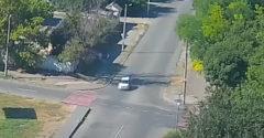 A fehér autó sofőrje volt a vétkes, vagy a bringás? Nézd meg és tanulj a hibájukból.