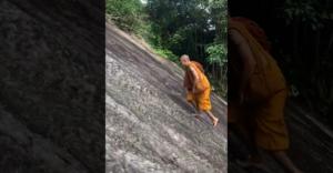 A shaolin szerzetes összekeverte a meredek domboldalt egy síksággal