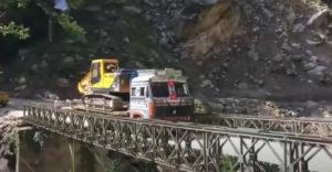 Nem bírta ki a híd a teherautó és a markoló általi tehelést