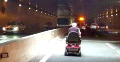 A 88 éves kerekesszékes bácsika komoly közlekedési fennakadás okozója volt az autópályán