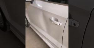 Nagyszerűen megoldotta a kocsi behorpadt ajtajának javítását. Csak egy ragasztószalagra volt hozzá szüksége.