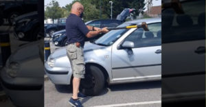 Fogott egy fejszét, majd betörte a kocsi szélvédőjét. A felforrósodott járműből így menekítette ki a négylábút.