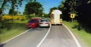 Ez az őrült erőnek erejével meg akarta előzni a kamiont. A szembejövők csak ámultak és bámultak.