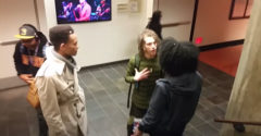 A fekete nő rátámadt egy fiatal férfira. Az ok a raszta frizurájában keresendő.