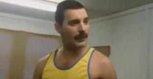 Freddie Mercury bemelegítése mielőtt színpadra lép (Backstage)