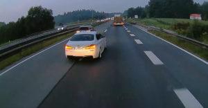 Ez aztán a kretén. A BMW-és veszélyes manővert hajtott végre az autópályán.