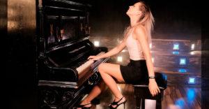 A gyönyörű zongorista a Queen Don´t Stop Me Now c. dalának előadásával kápráztatta el a közönséget.