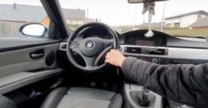 A srác közzétett egy videót, amellyel saját buktatta le. Az anyósülésből vezette a 17 éves srác a BMW-t.