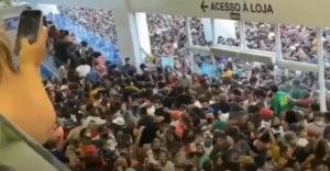 Őrület egy bevásárlóközpont megnyitásakor Brazíliában (Ingyen korona fertőzés)