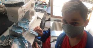 Az osztálytársainak akarta ajándékozni a maszkokat amiket megvarrt, de kinevették. Most az anyukája próbálja vigasztalni