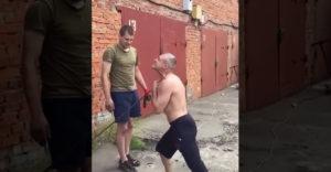 A Chi-kung mester a torkával hajlítja meg a betonacélt  (Oroszország)