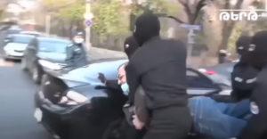 A férfi énekelt, miközben letartóztatták (I believe I can fly)