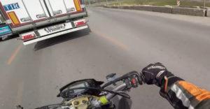 Jobbról akart előzni a motoros (Nem sikerült)