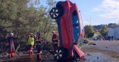 Ilyen őrült töréstesztet is csak a Volvo tud kitalálni, 30 méter magas daruról ejtik le az új autókat