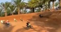 Egy ügyes manőver a motocross versenyen (Az év ravaszdija)