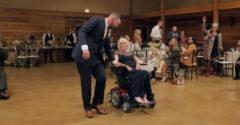Sokakat megríkatott a nagyon beteg anya és vőlegény fia tánca.