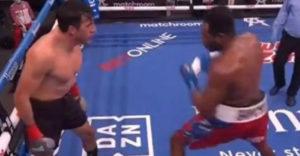 A boxoló először provokálta ellenfelét, majd kapott egy akkorát, hogy kiesett a ringből
