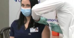 Az ápolónő rögtön elájult, miután beadták neki a COVID-19 elleni vakcinát