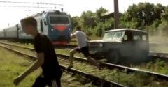 A bolondok terepjáróval tesztelték a vasúti síneken történő átkelést (Nem érte meg)