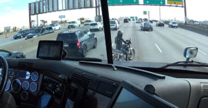 A kamionos elég nagy rizikót vállalt azzal, hogy segített a motoros nőnek