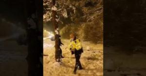 Rendőri brutalitás a védtelen gyermekekkel szemben az utcán