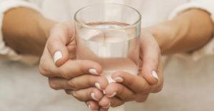 Egy pszichológia professzor megkérdezte a hallgatóktól, hogy milyen nehéz egy pohár víz. A válasz egy életre szóló lecke