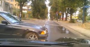 Miért nem kifizetődő a városban driftelni, avagy egy pofon a sorstól az öreg BMW tulajdonosának