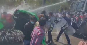 A rendőrök átálltak a tüntetők oldalára.