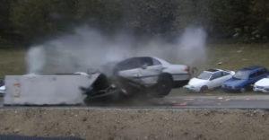 Mi történik az autóval, ha 200 km/h sebességgel ütközik?
