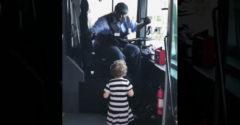 Az autóbusz sofőrje egy percig sem gondolkodott, hogy teljesítse a kislány kívánságát