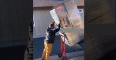 Hogyan lehet lepakolni a hűtőszekrényt a teherautóról (Sikerült neki)