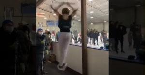 Vajon hogyan edzenek a jégtáncosnők? Megy az nekik jég nélkül is.