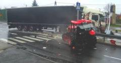 A kamion egyenesen a traktorba vágódott (Annyit agyalt, annyit agyalt, a végén meg így járt)