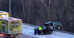 A hídról félig lelógó autó sofőrjének mentési akciója