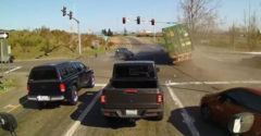 A kamion fékjei közvetlenül a kereszteződés előtt mondták fel a szolgálatot (Az év szerencsétlenje)