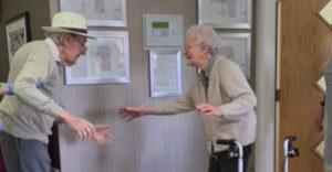 Egy idősebb házaspár, akik a végtelen hosszú karantén után újra találkoznak otthon (Megható találkozás)