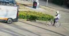 Vagány fickó mobillal a kezében kerékpározik (Megérdemelte a leckét)